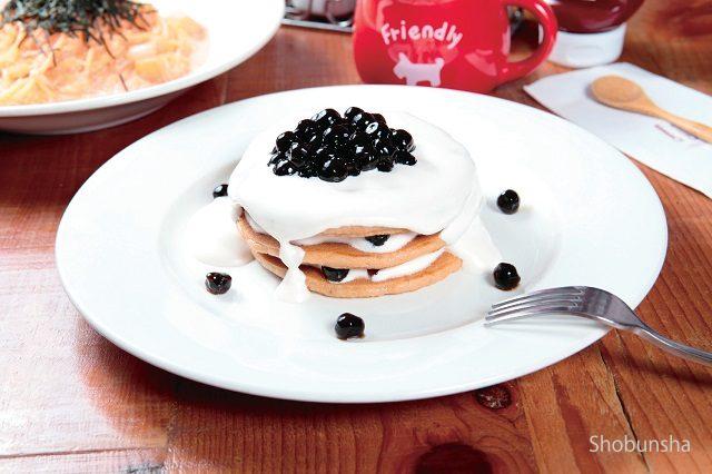 珍珠奶茶鬆餅塔 230元紅茶が香るもちもちパンケーキ+もちもちタピオカ+たっぷりミルクティークリーム+中にもタピオカをサンド贅沢にタピオカを使った パンケーキは3