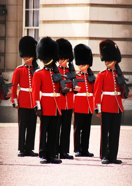 ロンドン名物!バッキンガム宮殿の衛兵交代式 – 観光旅行メディア ...